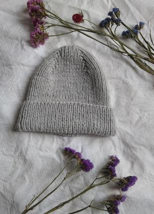 Стильная вязаная шапка с отворотом