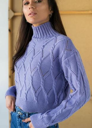 Укороченный свитер с ромбовидной вязкой