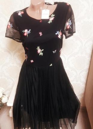Шикарное платье с юбкой плиссе и вышивкой
