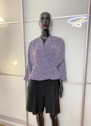 Широкие шорты с защипами и оригинальная блуза с модным принтом