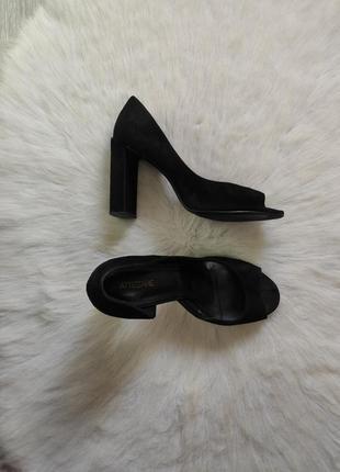 Черные натуральные замшевые туфли босоножки с открытым носком на высоком толстом каблуке