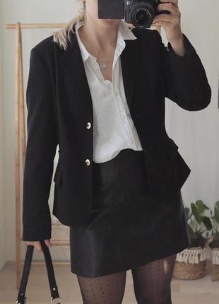 Базовий чорний піджак на двох гудзиках від calvin klein