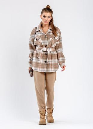Женское пальто-рубашка в бежевую клетку
