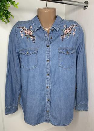 Джинсовая рубашка украшенная вышивкой