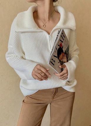 Трендовый объёмный свитер в спортивном стиле с воротником