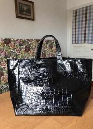 Черная сумка в змеиный принт