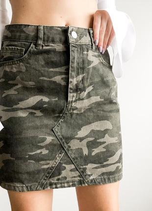 Джинсовая юбка камуфляж военная расцветка стиль милитари высокая талия