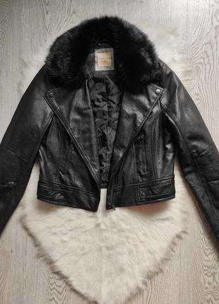Черная кожаная короткая куртка косуха с мехом воротником меховым батал большого размера