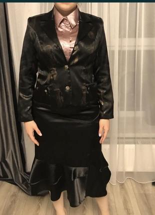 Чудовий костюм чорний атласний жіночий