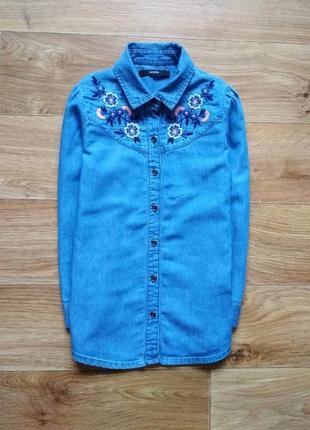 Красивая джинсовая рубашка с вышивкой