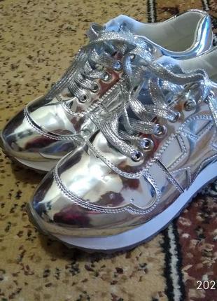 Нарядные серебристые кроссовки