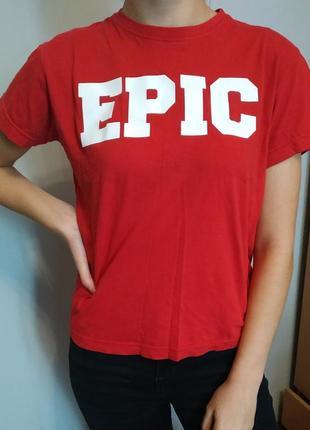 Красная футболка с надписью epic