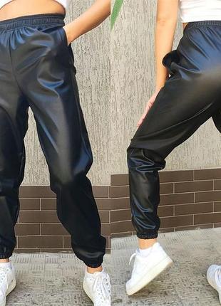 Стильные черные кожаные джоггеры