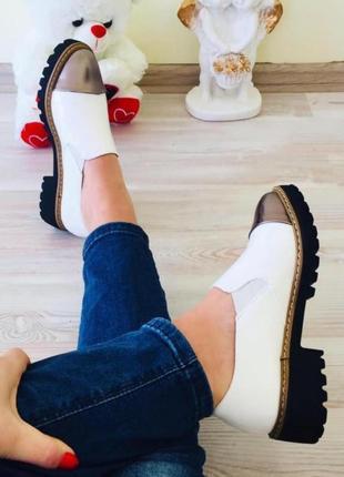 Крутые белые туфли на низком каблуке.
