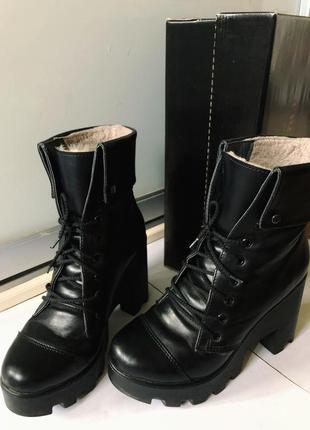 Зимние ботинки на тракторной подошве со шнуровкой