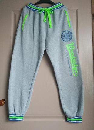 Теплые серые спортивные штаны на манжете с высокой посадкой