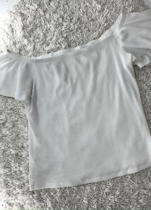 Базовая трикотажная футболка в рубчик с открытыми плечами топ кроп топ mango