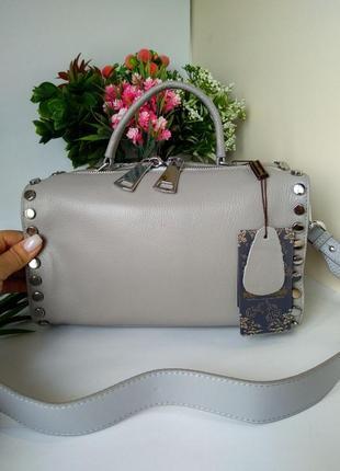Кожаная сумка с заклёпками