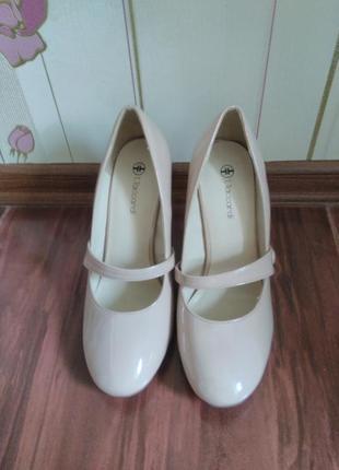 Женские бежевые лакированные туфли. 38 размер.