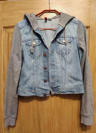 Divided голубая спортивная джинсовая куртка с трикотажными рукавами и капюшоном
