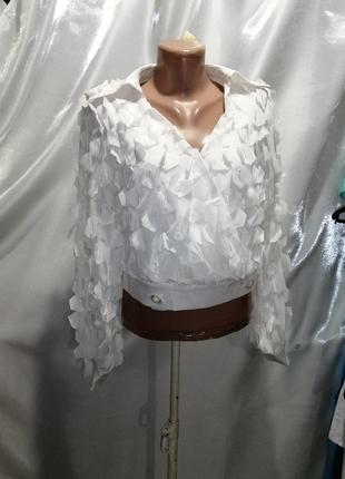 Укороченная блуза эффект запаха  с лепестками воздушные рюши пышный рукав