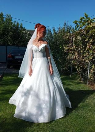 Свадебное платье с блесками и открытыми плечами