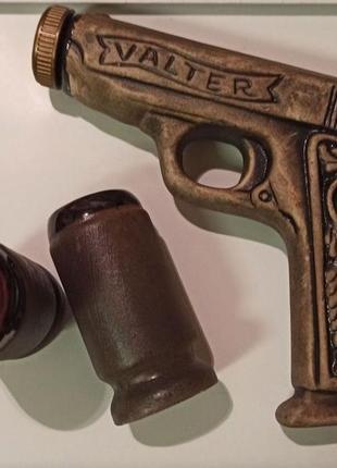 Набор для спиртных напитков, бутылка в виде пистолета с двумя рюмками