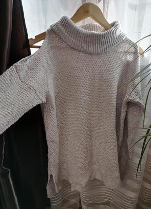Оригинальный фирменный свитер с открытыми плечами