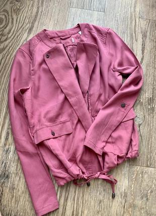 Легкая куртка бомбер ветровка
