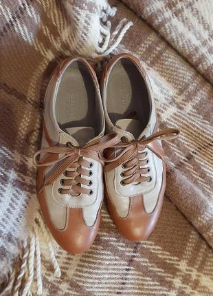 Зручні шкіряні туфлі в спортивному стилі.