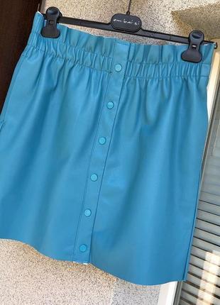 Голубая кожаная юбка