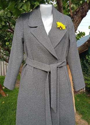 Пальто серое деми на запах с поясом stradivarius s