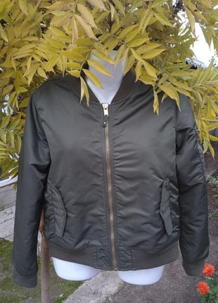 Стильная и практичная куртка зеленая бомбер stradivarius