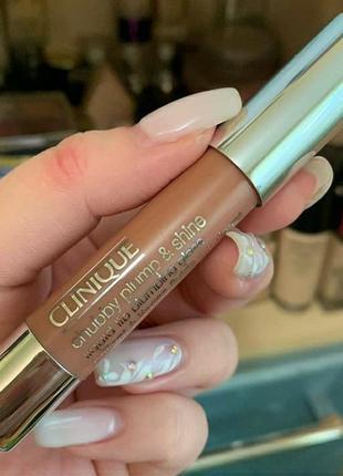 Увлажняющий блеск для губ clinique chubby plump shine stick оттенок 01 normous nude
