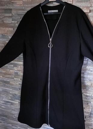 Чёрное платье в виде трапеции со змейкой во всю длину.
