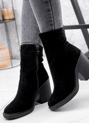 Новые женские замшевые  демисезонные чёрные ботинки ботильоны на высоком каблуке