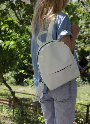 Рюкзак белого цвета, сделано в украине.