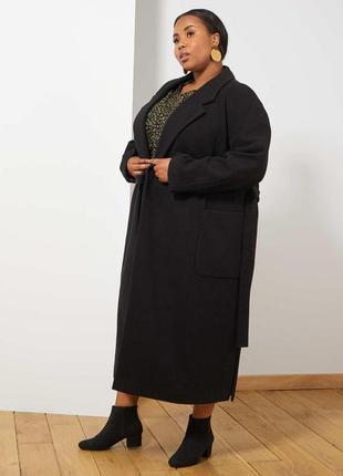 Стильне пальто для дам з пишними формами