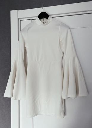 Белое платье с руками воланами