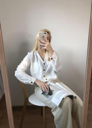 Трендовая блуза с пуговками под дерево