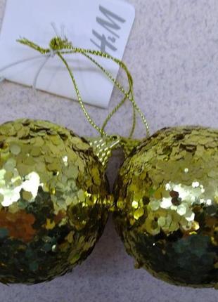 Набор  2 елочных шара h&m home пластмассовых с золтистыми блестками.