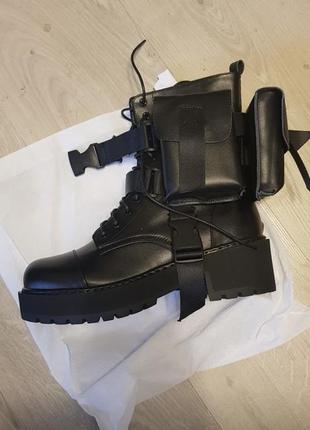 Шикарные модные чёрные ботинки с отстегивающимися карманами 100%кожа.