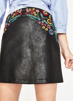 Кожаная юбка с вышивкой