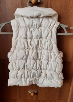Стеганная жилетка для девочки на синтепоне,застегивается на молнию и кнопки,на 4-6 лет