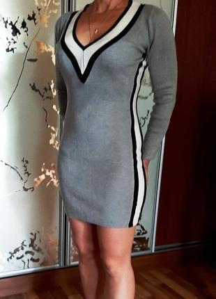 Крутое серое платье по фигуре с лампасами