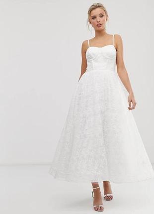 Белое кружевное платье миди с вышивкой на лифе свадебное