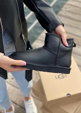 Женские черные кожаные угги в стиле ugg australia mini черного цвета