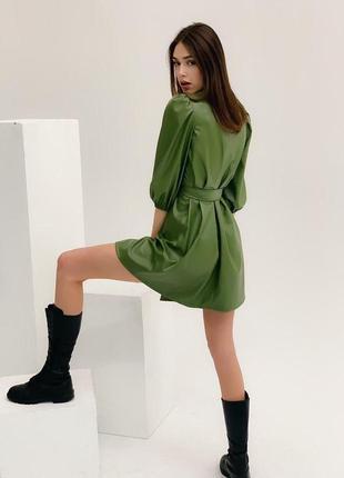 Стильное платье из эко-кожи с рукавами-фонариками3 фото