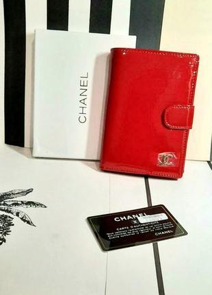 Портмоне кожаное лаковое  с отделами для документов и паспорта