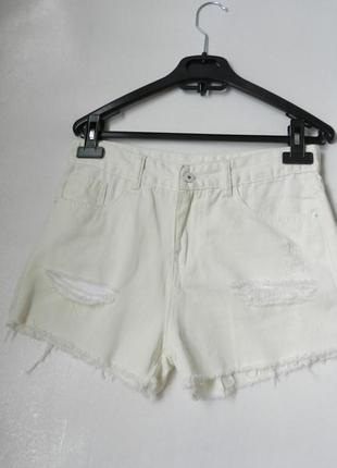 Короткие джинсовые шорты рванки